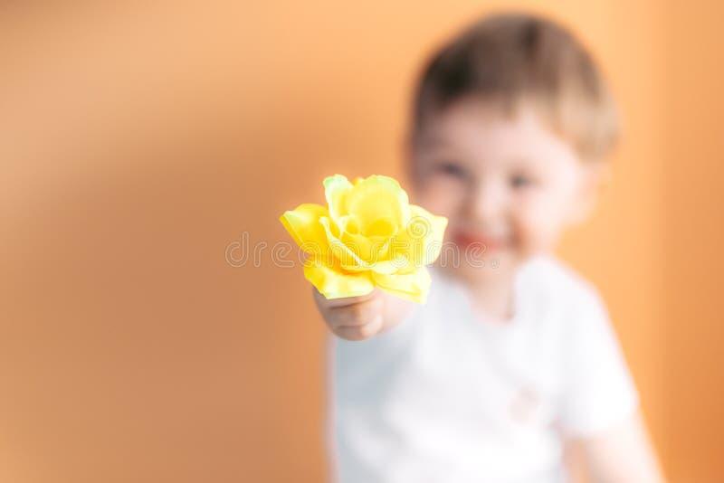 Nam de gelukkige glimlachende jongen van het close-upportret met sinaasappel toe Mooi weinig jongenspeuter die een concept van de stock afbeeldingen