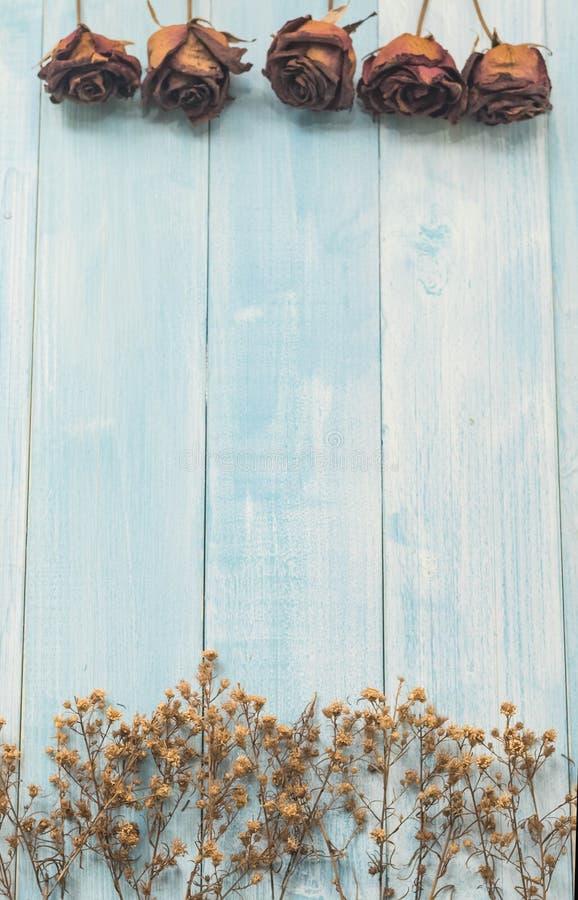 Nam droge bloem op blauwe houten achtergrond toe royalty-vrije stock afbeeldingen