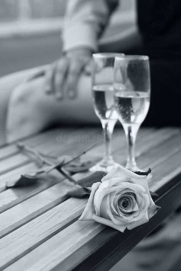 Nam en twee wijnglazen in zwart-wit toe stock afbeelding