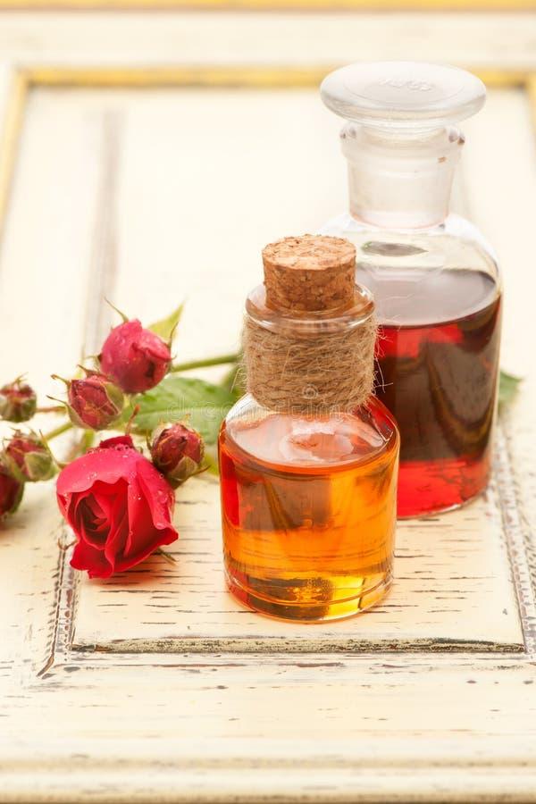 Nam etherische olie toe en nam bloemen toe royalty-vrije stock fotografie
