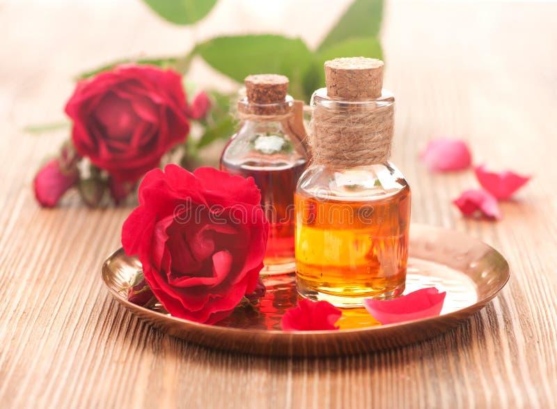 Nam etherische olie toe en nam bloemen toe stock afbeelding