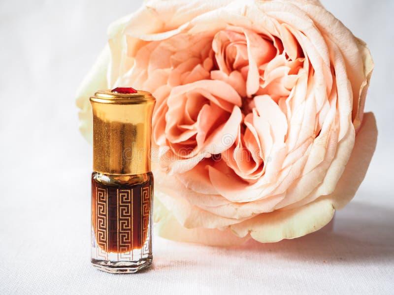 Nam geparfumeerde olie toe Arabisch parfum in miniflessen royalty-vrije stock afbeelding