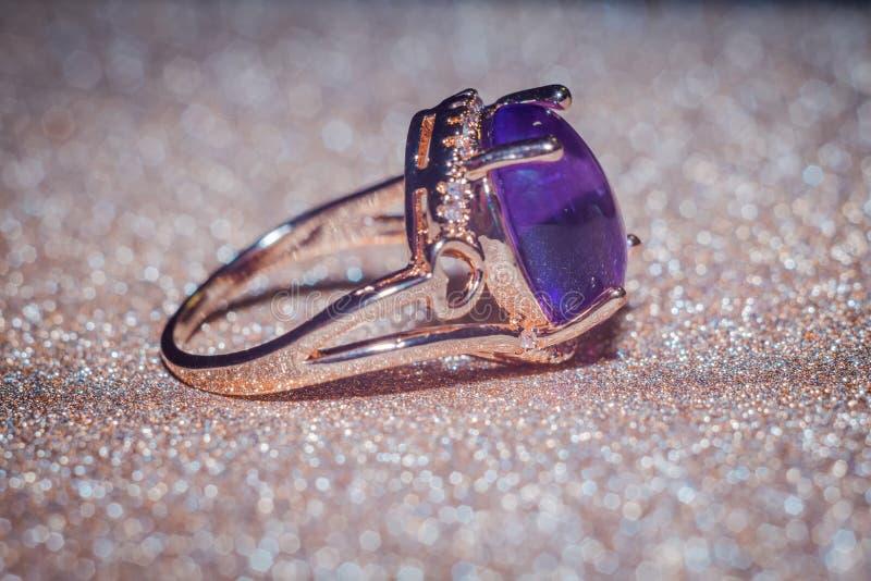 Nam gouden ring met amethist toe royalty-vrije stock afbeeldingen