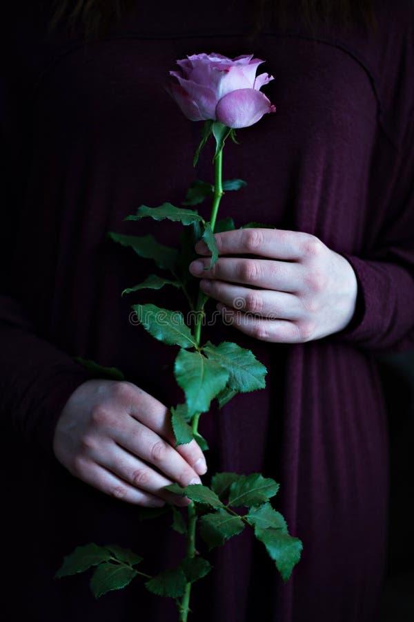 Nam hand vrouwelijke donkere romantische sensueel als achtergrond toe royalty-vrije stock afbeelding