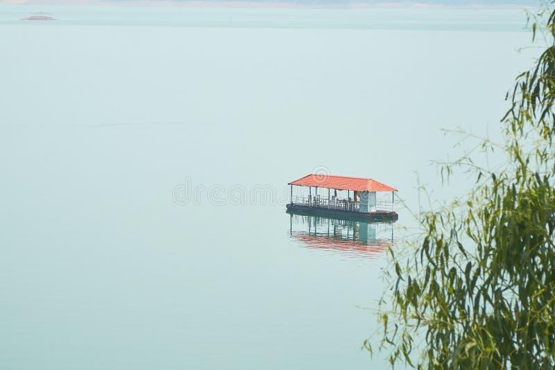 Nam Ngum Reservoir, un pequeño restaurante en la central del depósito fotografía de archivo libre de regalías
