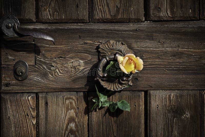 Nam op de rustieke deur toe stock fotografie