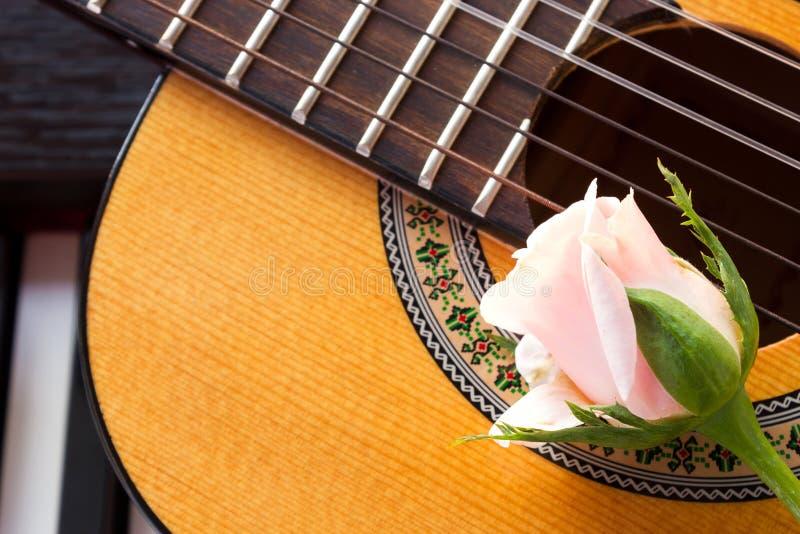 Nam op gitaar met pianosleutel toe stock afbeelding