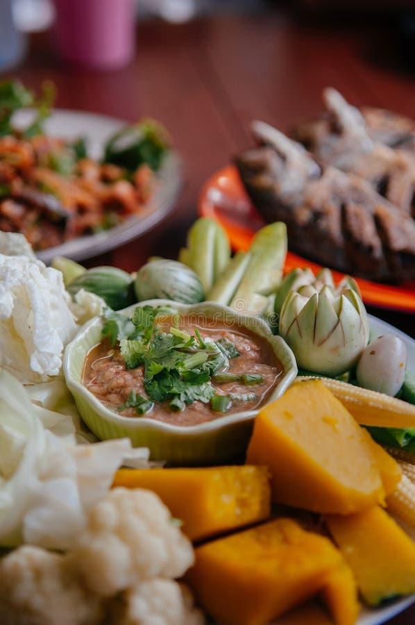 Nam Prik śliwek chili pasty Tajlandzki upad z skumbriowym rybim mięsem i świeżymi warzywami - obraz stock