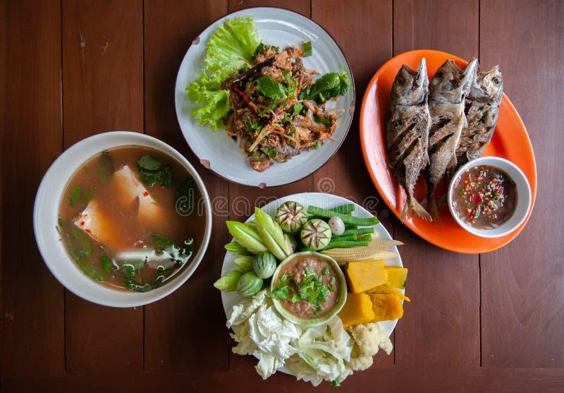 Nam Prik Pla To, pescado frito, ensalada picante de los pescados - sistema tailandés del almuerzo de la comida de la calle fotografía de archivo