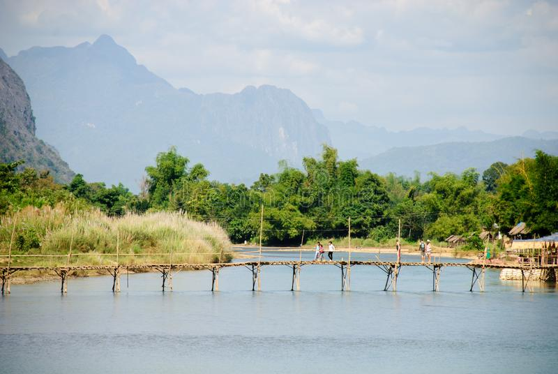 Nam Song flod på Vang Vieng, Laos royaltyfri bild