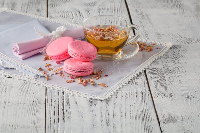 Nam thee, bloemen, en droge bloemblaadjes toe stock afbeelding