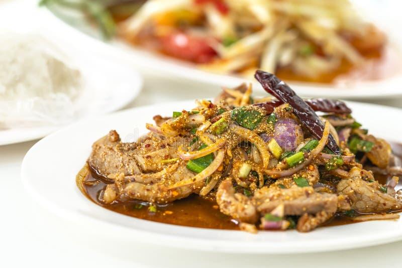 Nam Tok Moo ou Spicy BBQ salada de porco imagens de stock