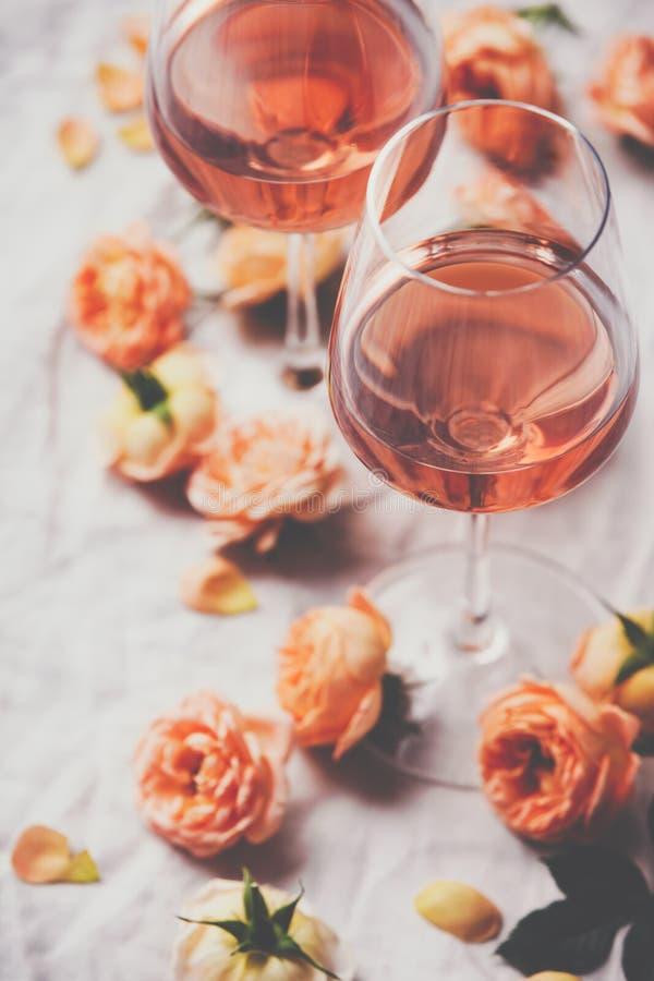 Nam wijn en rozen op witte achtergrond toe stock fotografie