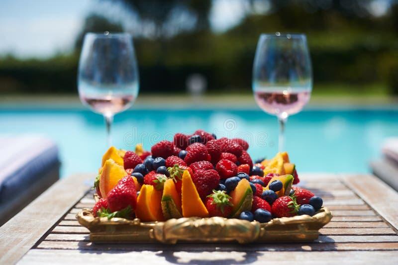 nam wijn in glazenpool en fruit toe royalty-vrije stock afbeelding