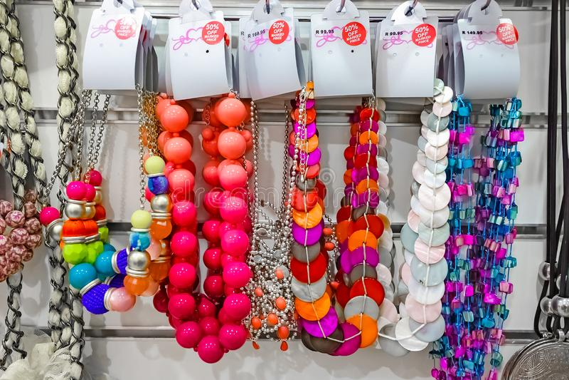 Namaakbijouterie in een Detailhandel royalty-vrije stock foto's
