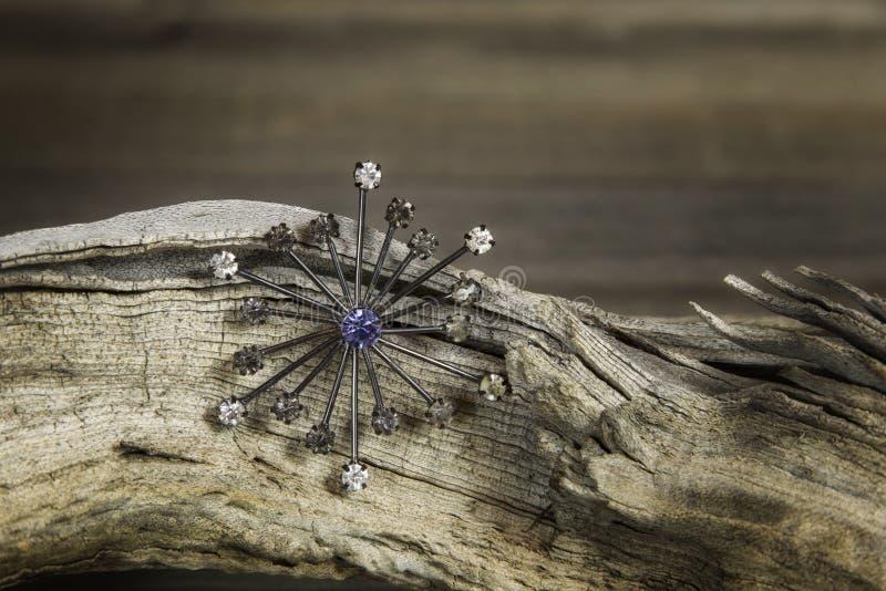 Namaakbijouteriebroche met glasdiamanten stock afbeelding