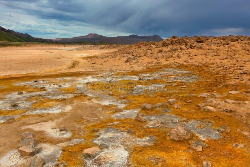 Namafjall, Geotermiczny teren z siarek polami w Iceland zdjęcie royalty free