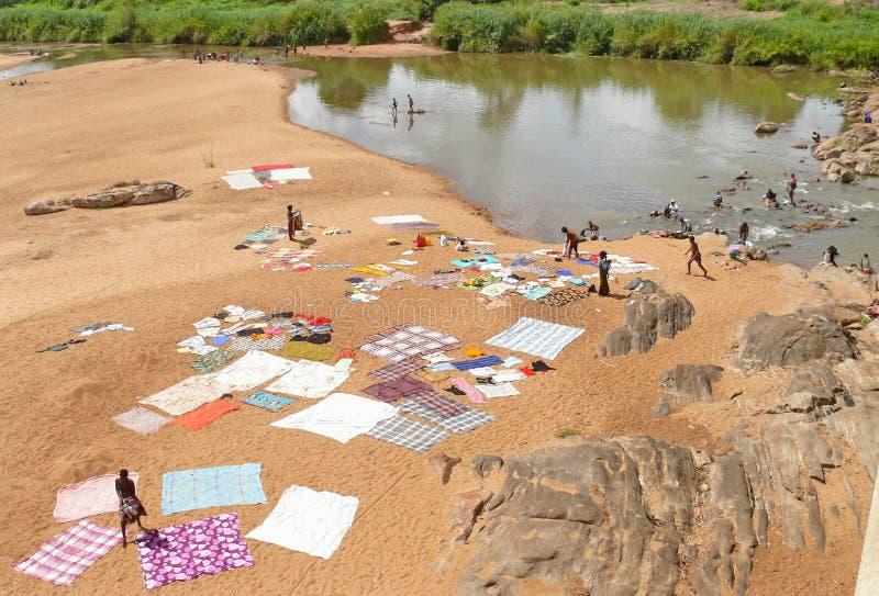 NAMAPA, ΜΟΖΑΜΒΊΚΗ - 6 DESEMBER 2008: Άγνωστο αφρικανικό πλύσιμο γυναικών στοκ εικόνες με δικαίωμα ελεύθερης χρήσης