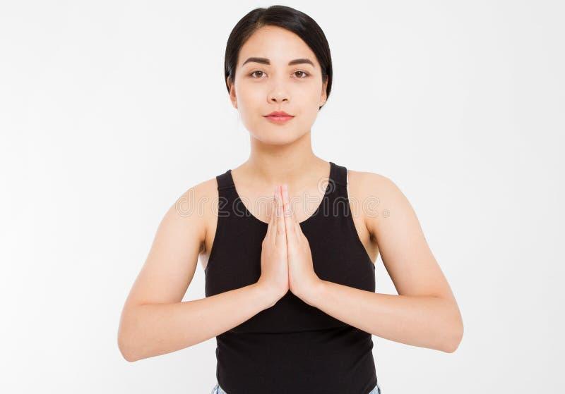 Namaste, amici Il ritratto della studentessa asiatica felice amichevole di aspetto in abbigliamento casual, tenente le palme dent fotografie stock