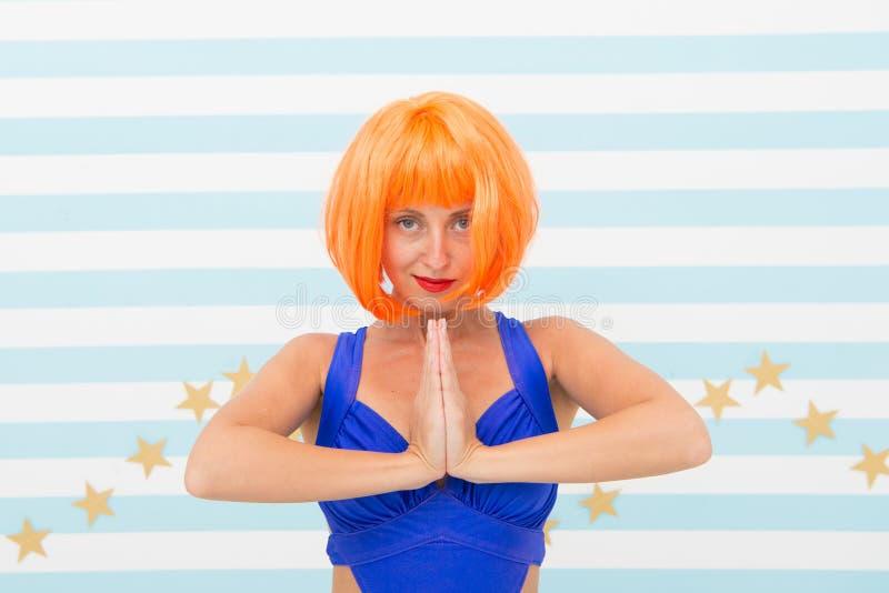 Namaste verrücktes Mädchen mit übendem Yoga des orange Haares In irgendeiner Position Absichtlich sich konzentrieren verrückte Mä lizenzfreie stockfotografie