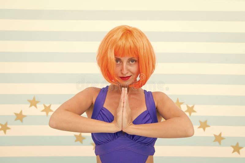 Namaste verr?cktes M?dchen mit ?bendem Yoga des orange Haares In irgendeiner Position Absichtlich sich konzentrieren verr?ckte M? stockfotos