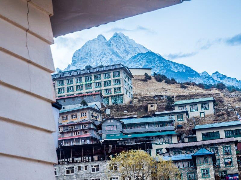 Namche, Népal 04/12/2018 : Une belle neige a couvert la montagne de la dépendance de nid images stock