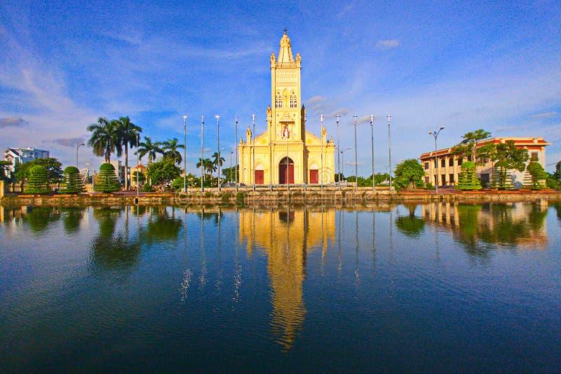 NAMDINH, VIETNAM - 28 DE JULIO DE 2019: Paisaje de una iglesia católica recién renovada dentro del pueblo de Bao Dap fotos de archivo libres de regalías