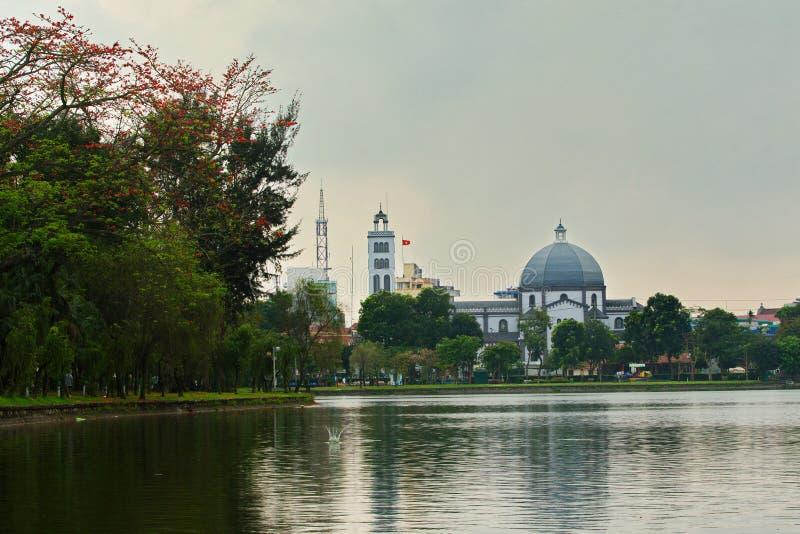 NAMDINH, VIETNAM - MRZ 31. 2019: Bombaxbl?ten nahe VI Xuyen See eine romantische Landschaft der Stadt schaffen lizenzfreie stockfotografie
