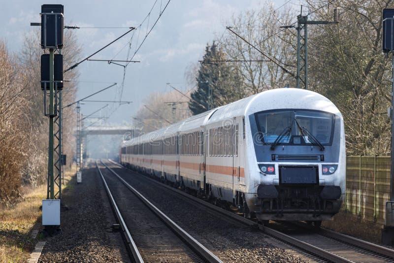 Namedy, het Rijnland/Duitsland - 17 02 19: ic trein van deutsche bahn dichtbij namedy Duitsland royalty-vrije stock afbeeldingen