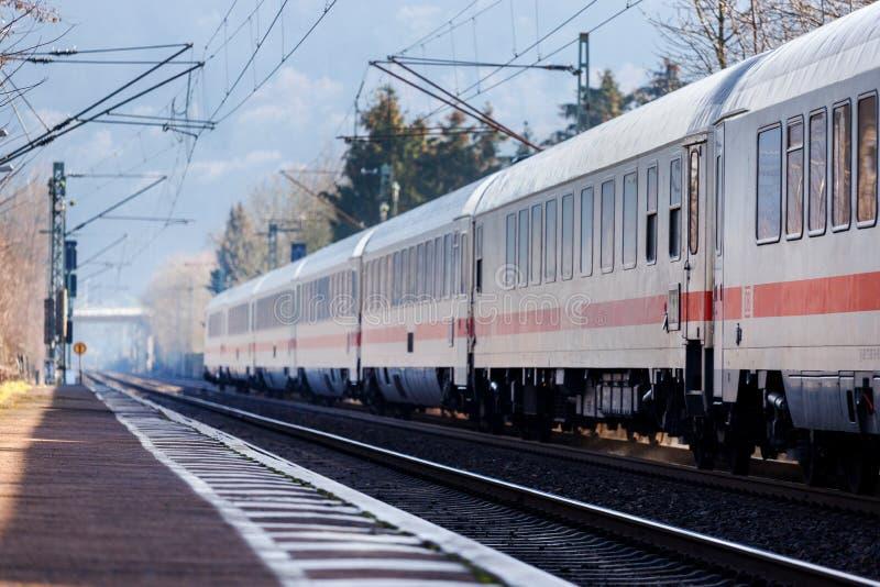 Namedy, Renania/Alemania - 17 02 19: tren del ic del Deutsche Bahn cerca de Alemania namedy foto de archivo libre de regalías