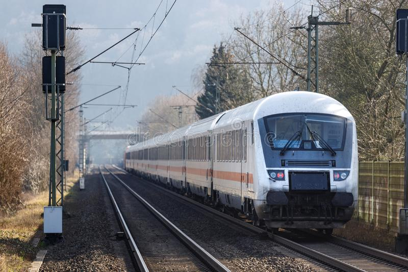 Namedy rhineland/Tyskland - 17 02 19: ic-drev från Deutschet Bahn nära namedy Tyskland royaltyfria bilder
