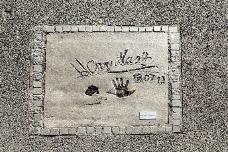 Namen en handdrukken van sterren bij de gang van München van bekendheid in stock foto's