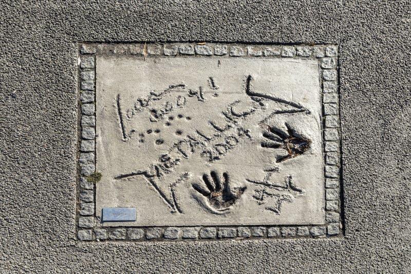 Namen en handdrukken van sterren bij de gang van München van bekendheid in stock fotografie