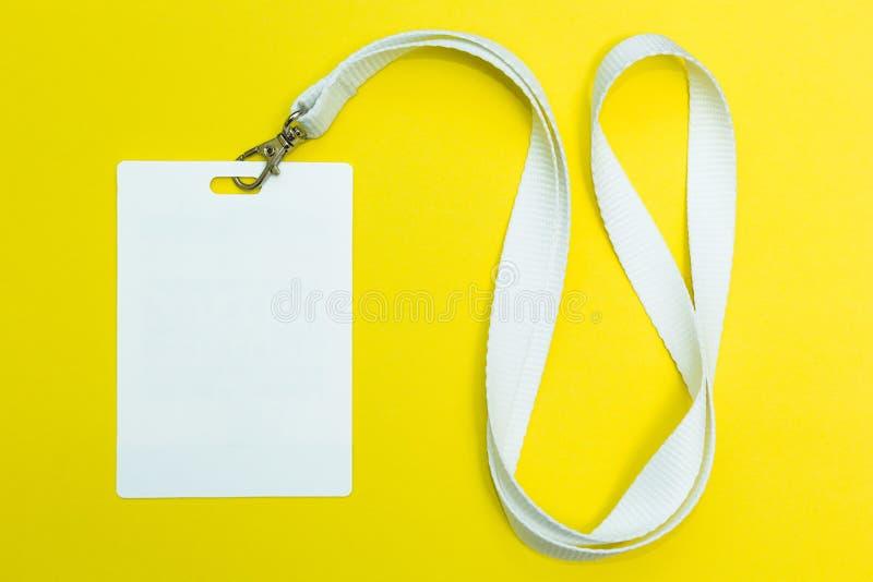 Namenidentifikations-Kartenausweis mit Schnur auf gelbem Hintergrund, leerer Raum für Text stockfoto