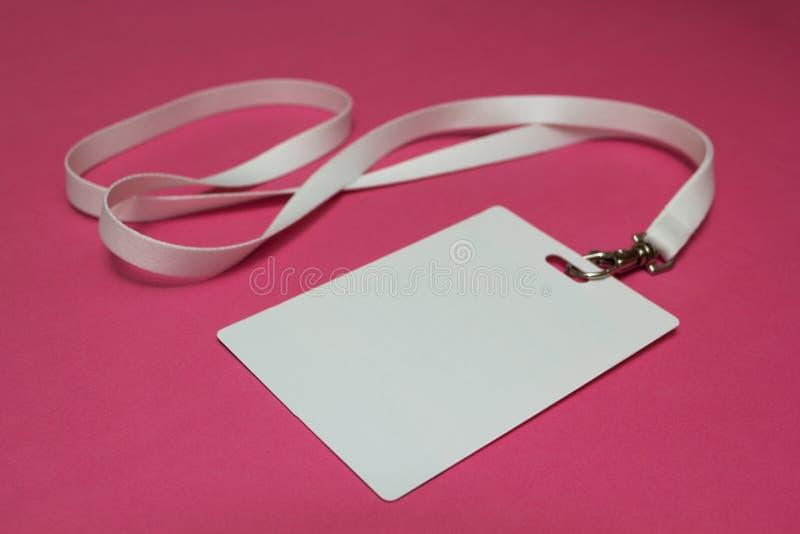 Namensschild mit dem weißen Halsband lokalisiert auf rosa Hintergrund lizenzfreies stockbild