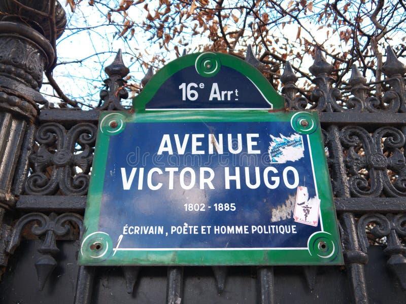 Namenstraßenschild Allee Victor Hugo Paris France lizenzfreies stockfoto