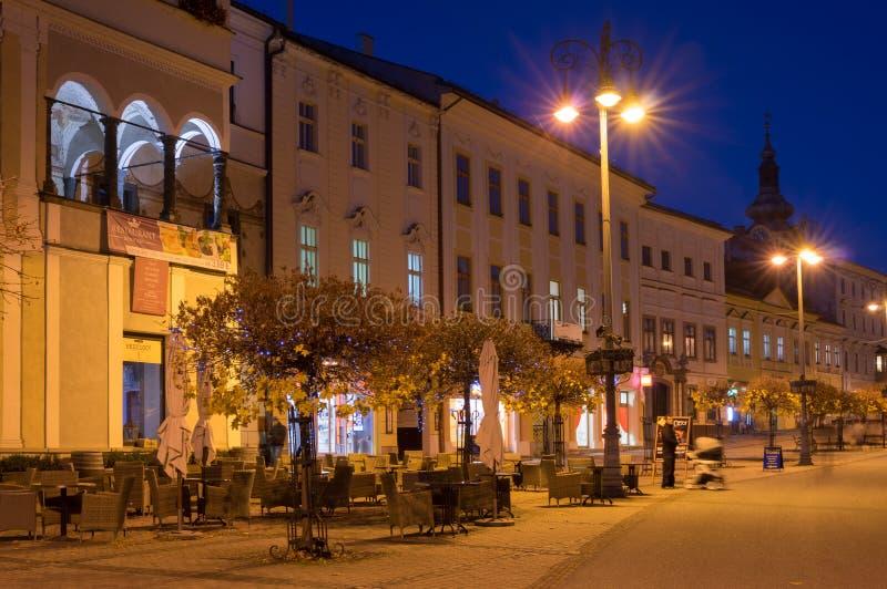 Namestie SNP a Banska Bystrica nella notte immagine stock