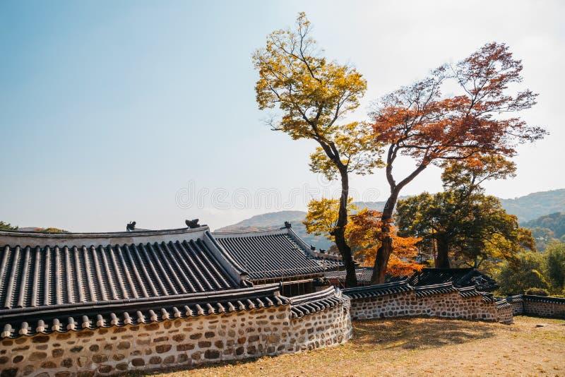 Namhansanseong-Festung, koreanische alte traditionelle Architektur am Herbst lizenzfreie stockbilder