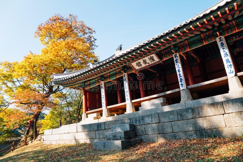 Namhansanseong-Festung Yeonmugwan, koreanische traditionelle Architektur mit Herbstahorn in Korea stockbilder