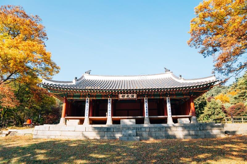 Namhansanseong-Festung Yeonmugwan, koreanische traditionelle Architektur mit Herbstahorn in Korea stockfoto