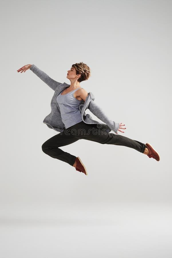 Namiętna nowożytna tancerz kobieta pracująca przy studiiem out obrazy royalty free