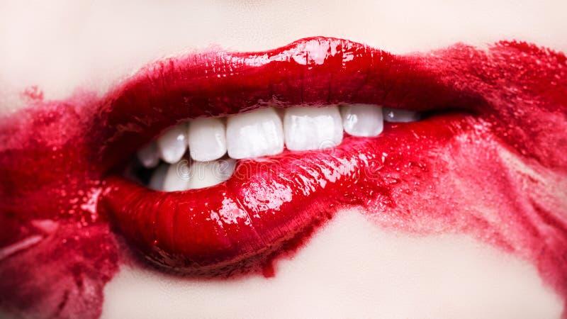 Namiętne czerwone wargi Rozmyty makeup up zakończenie obraz stock