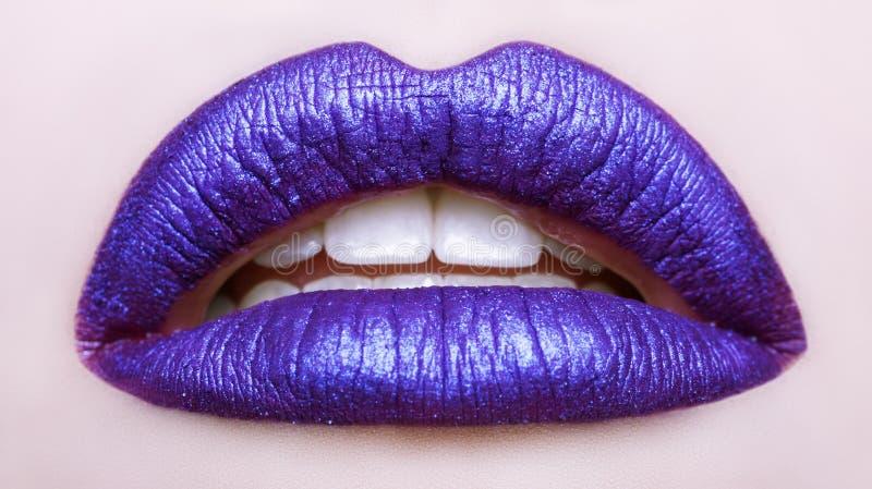 Namiętne wargi Piękny makeup zakończenie up otwarte usta zdjęcia royalty free