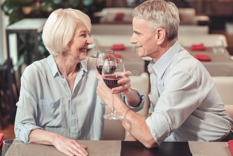 Namiętny przechodzić na emeryturę mężczyzna patrzeje kobiety obrazy royalty free