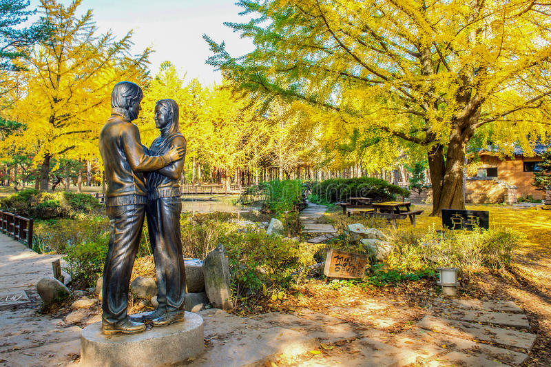 NAMI-EILAND, KOREA - OCT 25: Het standbeeld en de Toeristen die foto nemen royalty-vrije stock afbeelding