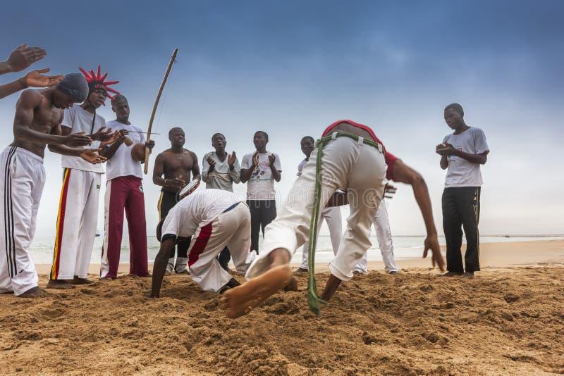 NAMIBE/ANGOLA - 28 2013 AUG - Afrykańscy sportowowie ćwiczy sławną Brazylijską capoeira walkę obraz stock