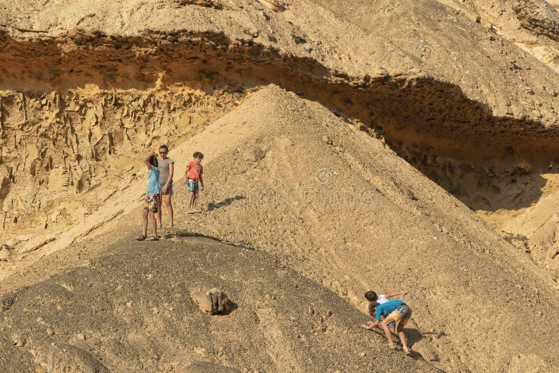 NAMIBE/ANGOLA 3 DE NOVEMBRO DE 2018 - meninos que jogam na parte superior da garganta no deserto de Namibe angola África fotos de stock royalty free