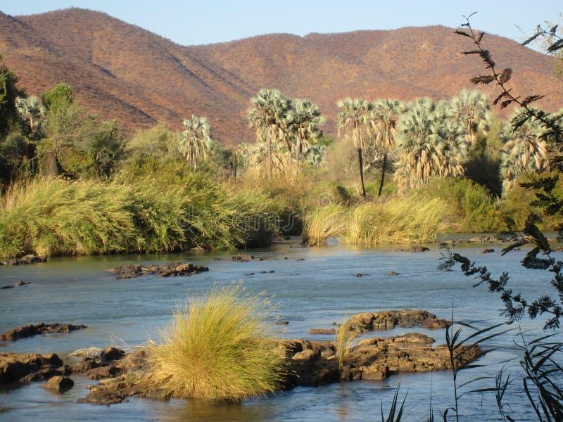 Namibia, río de Kunene de Angola que da vuelta en la caída de Epupa foto de archivo