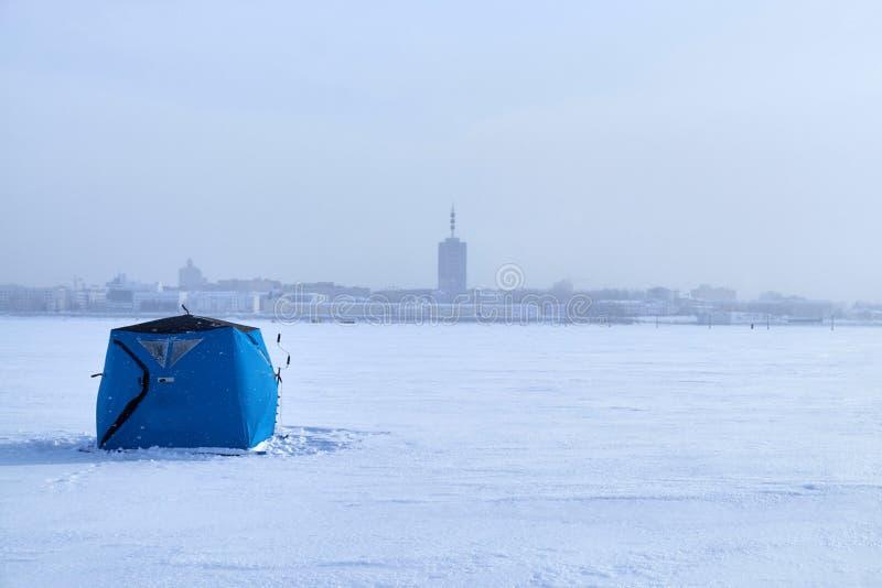 Namiot dla zima połowu na rzece fotografia stock
