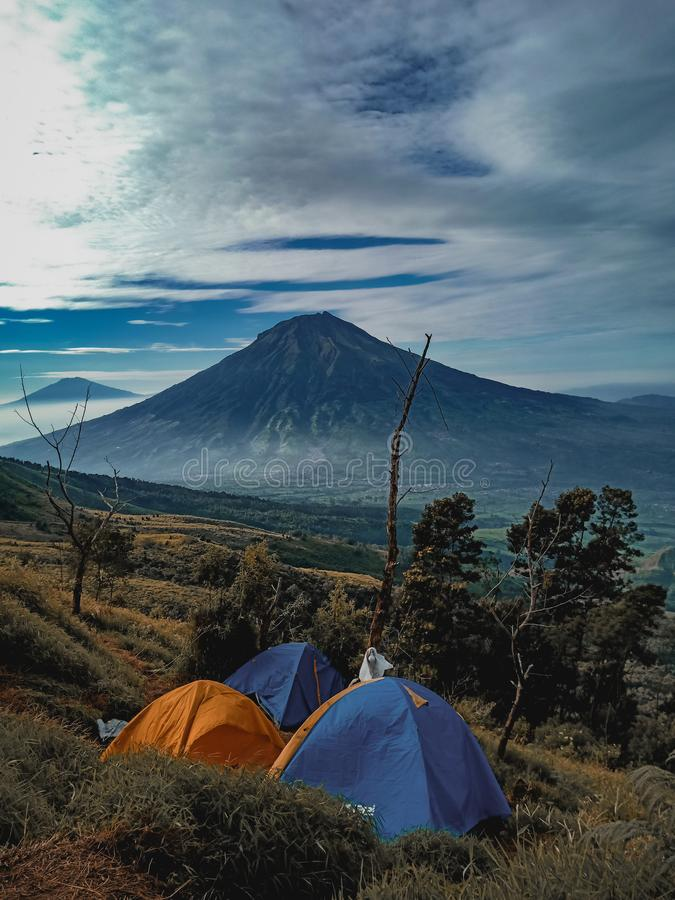 Namiot i góra w Kembang& x27; s góra zdjęcie stock